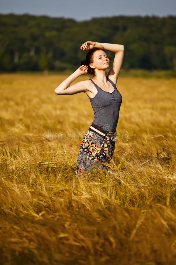 Menina da beleza no campo de trigo foto de stock royalty free