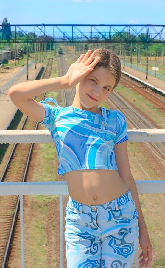 Menina da beleza no fundo dos trilhos fotos de stock royalty free