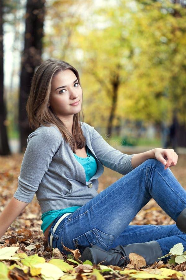 Menina da beleza no parque do outono fotos de stock