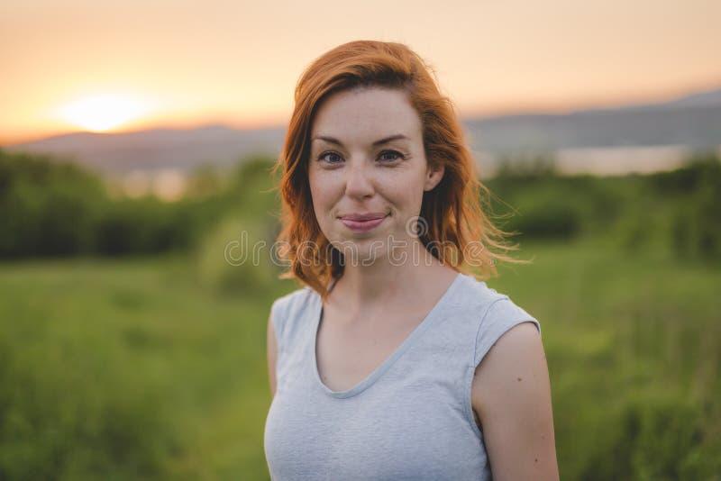 Menina da beleza que aprecia fora a natureza Fêmea vermelha do cabelo do outono bonito foto de stock royalty free