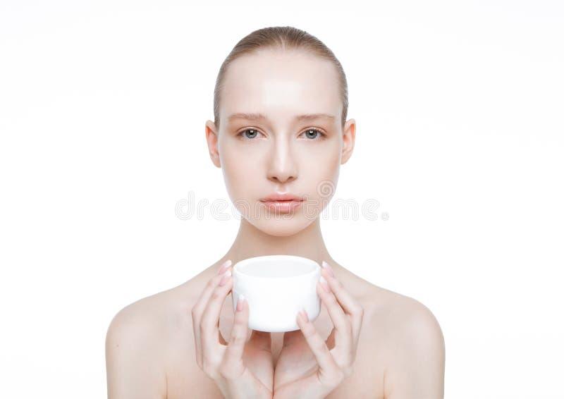 Menina da beleza que guarda o recipiente do creme de corpo da cara foto de stock royalty free