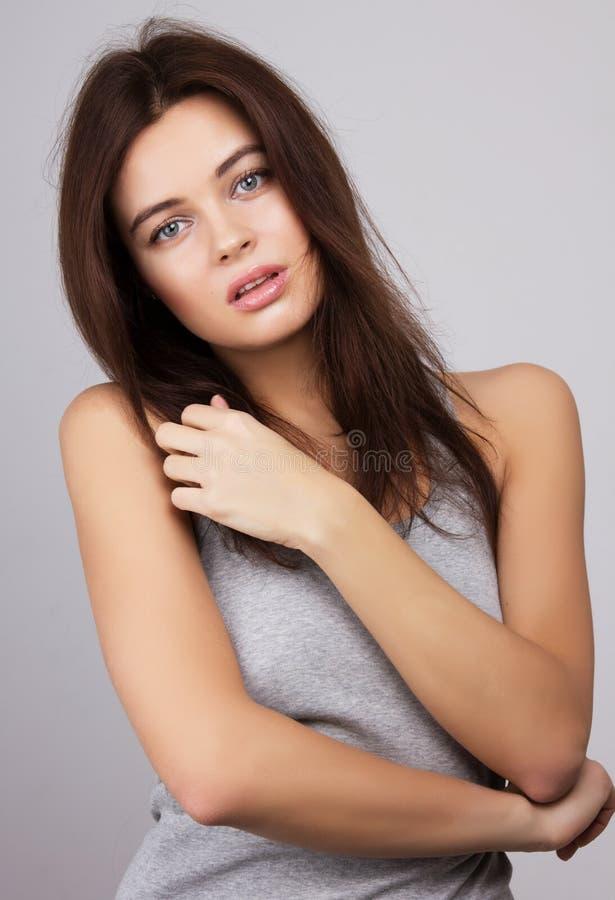 Menina da beleza. Retrato da jovem mulher bonita que olha a câmera foto de stock