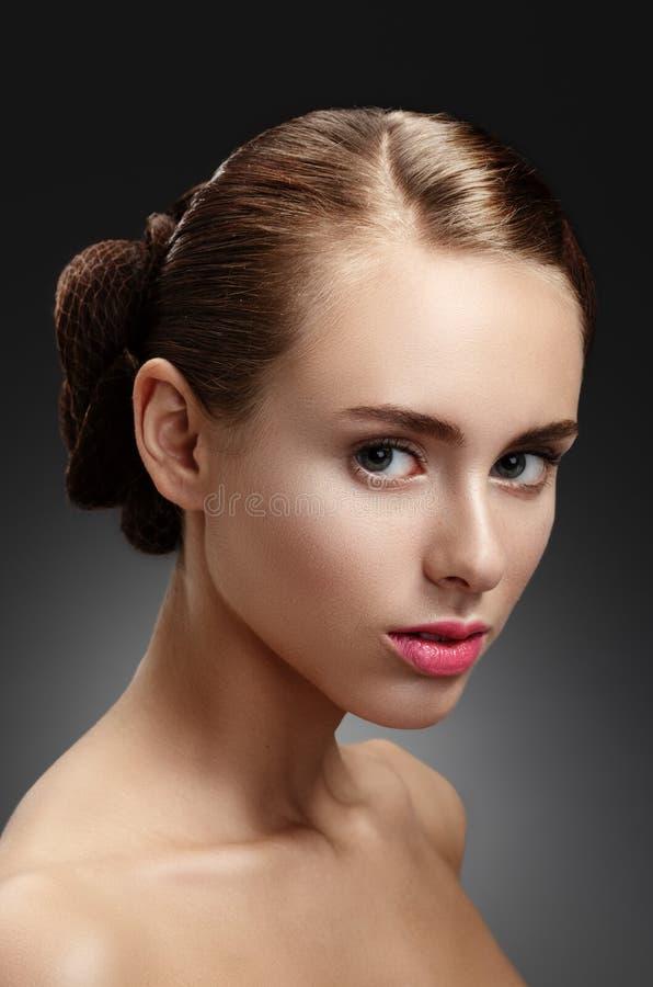 Menina da beleza Retrato da jovem mulher bonita que olha a câmera imagens de stock royalty free