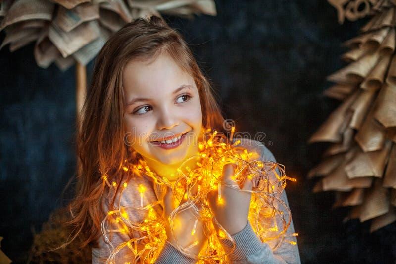 Menina da criança bonita O conceito do Feliz Natal, ano novo, fotos de stock royalty free