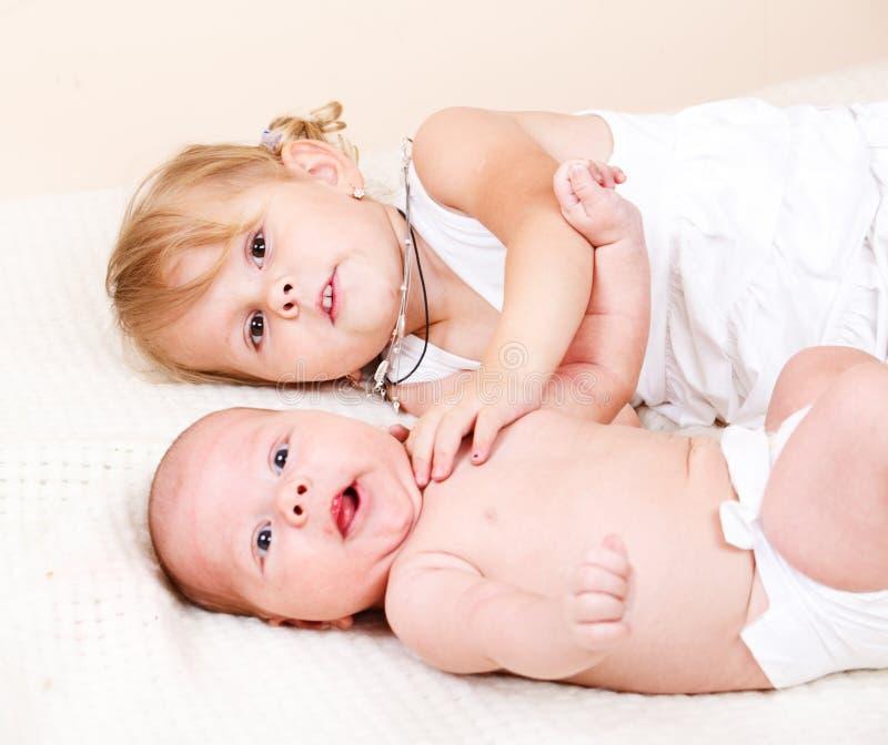 Menina da criança com bebê recém-nascido fotos de stock