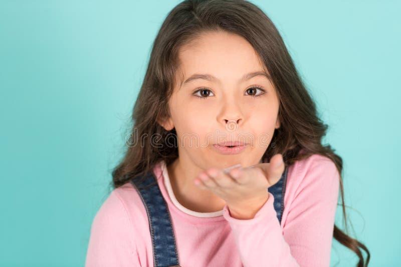Menina da criança com beijo novo do sopro da cara, beleza, olhar imagem de stock