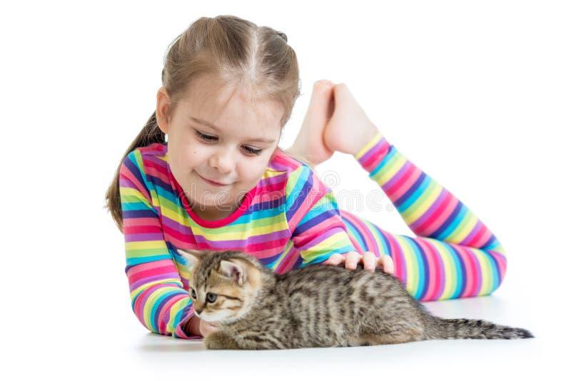 Menina da criança com gatinho do gato imagens de stock