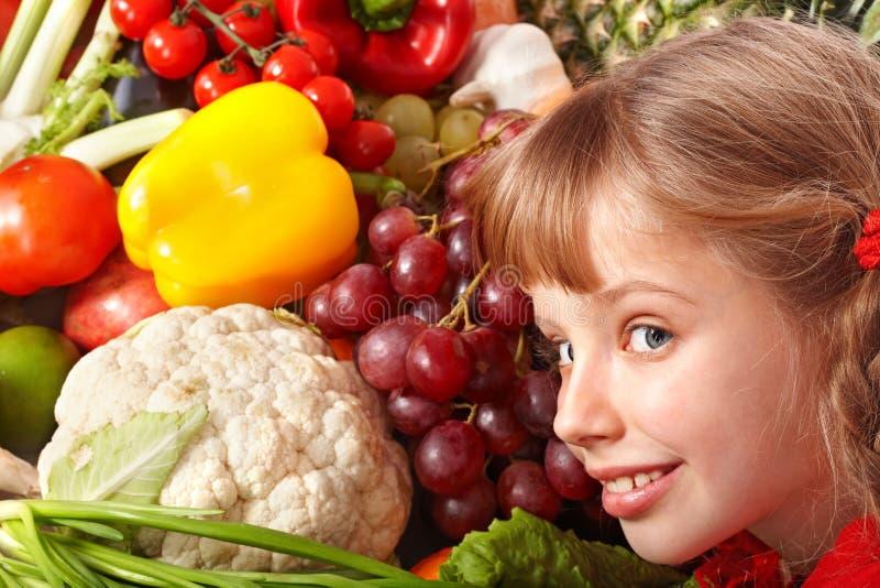 Menina da criança com grupo de vegetal e de fruta. imagem de stock