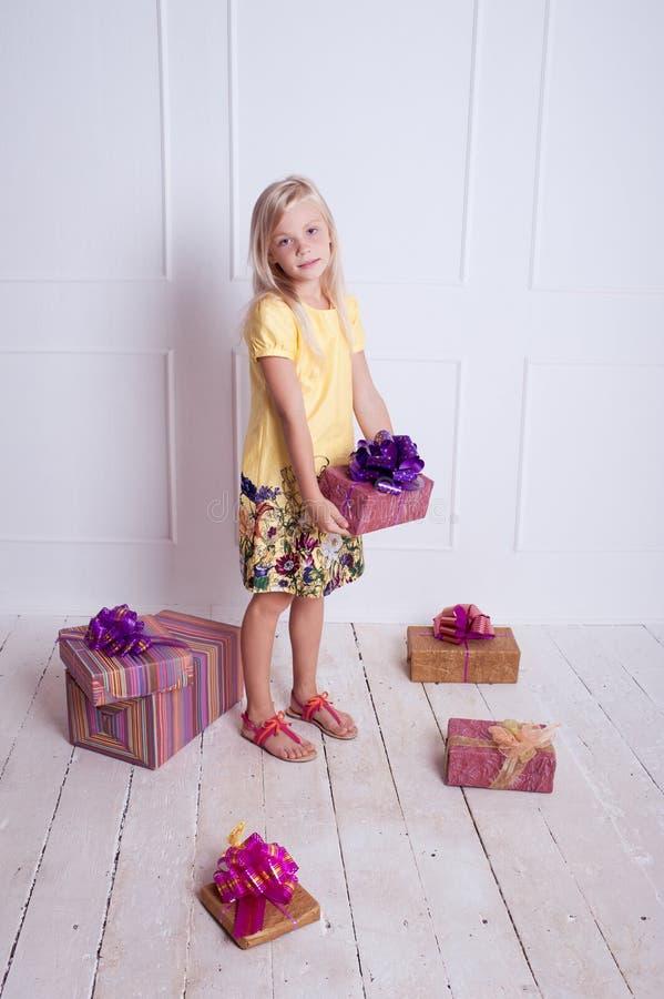 Menina da criança com presentes de aniversário imagem de stock royalty free