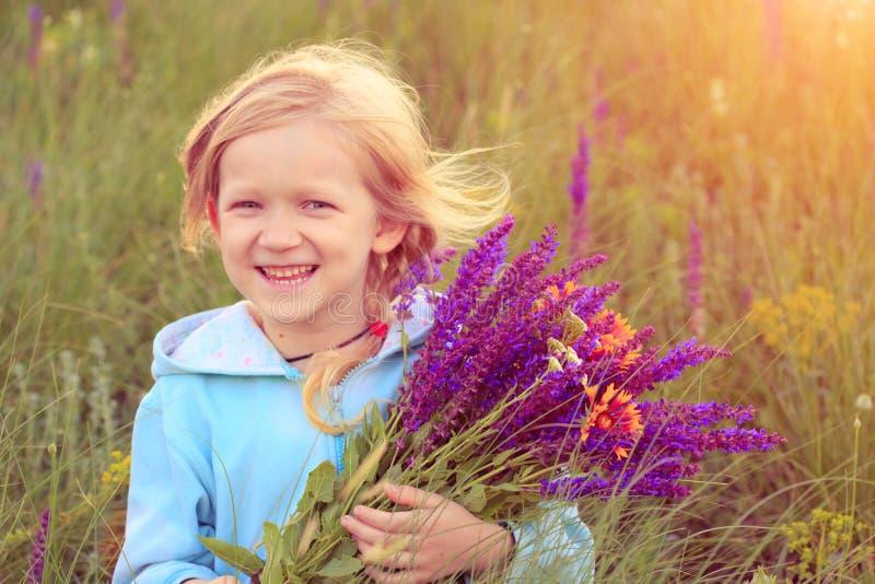 Menina da criança com ramalhete imagens de stock royalty free
