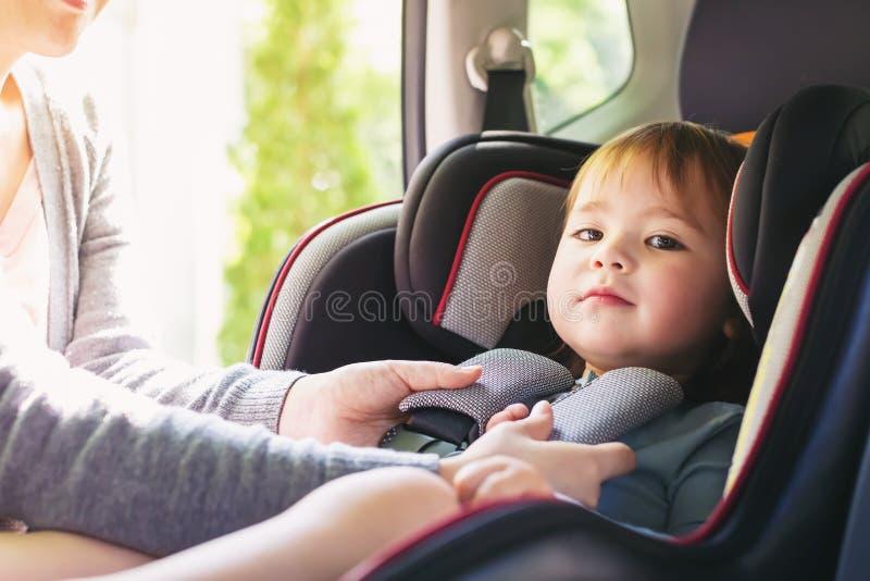 Menina da criança em seu banco de carro imagem de stock royalty free