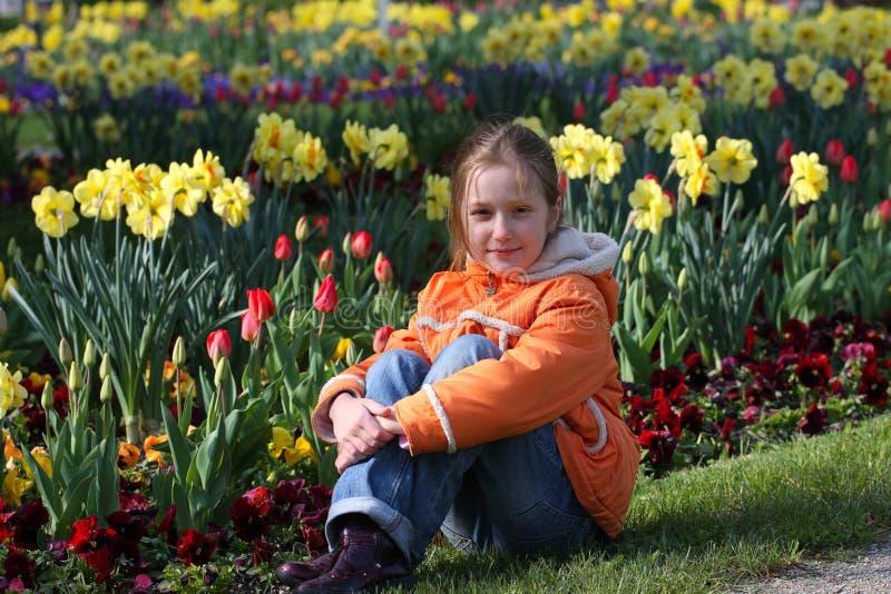 Menina da criança em uma grama fotos de stock