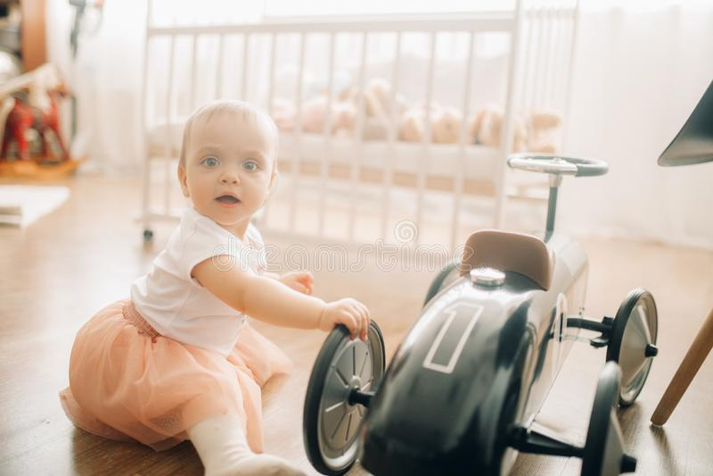 A menina da criança joga com carro do brinquedo fotos de stock