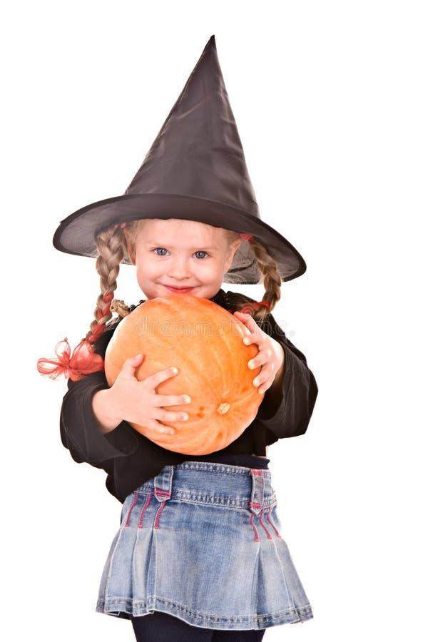 Menina da criança na bruxa de Halloween do traje com abóbora fotografia de stock