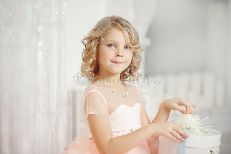 Menina da criança na caixa de presente de abertura do ano novo do Natal do chapéu de Santa foto de stock royalty free