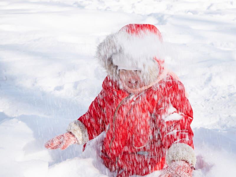 Menina da criança na neve fotografia de stock
