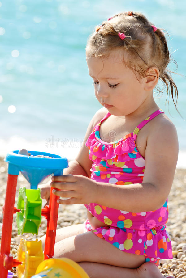 Menina da criança na praia imagem de stock