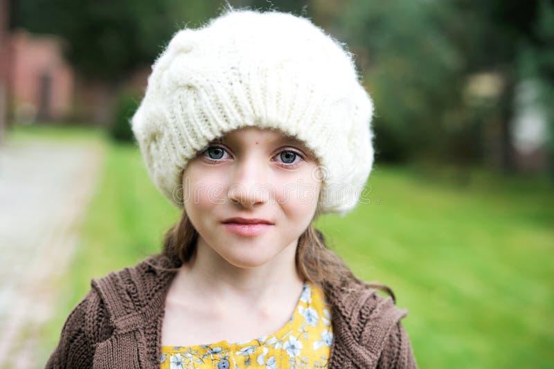 Menina da criança no tampão branco, retrato do close-up foto de stock royalty free