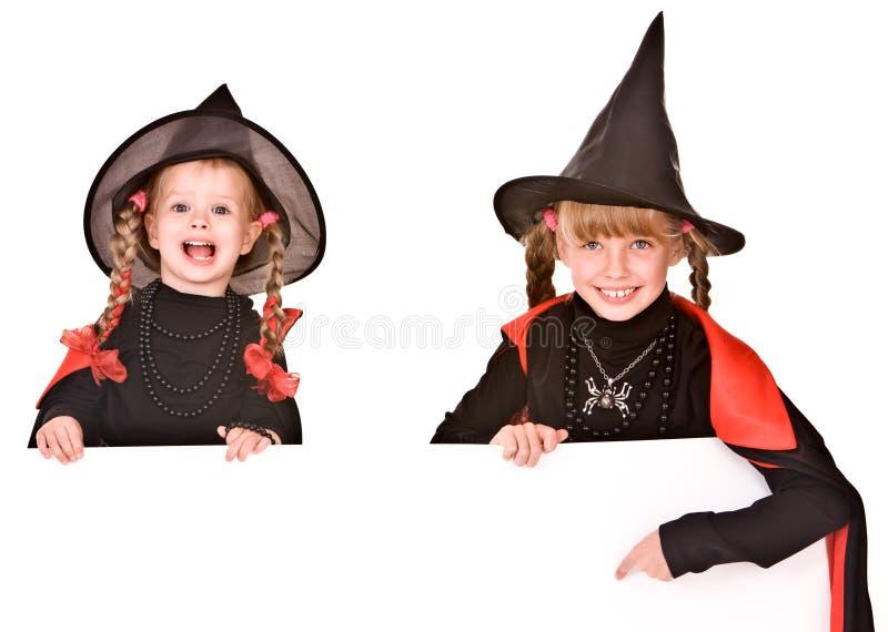 Menina da criança no traje da bruxa de Halloween com bandeira. fotografia de stock royalty free