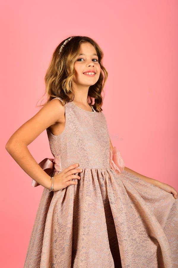 Menina da criança no vestido à moda do encanto, elegância Modelo de forma no fundo cor-de-rosa, beleza Forma e beleza, pouco imagens de stock