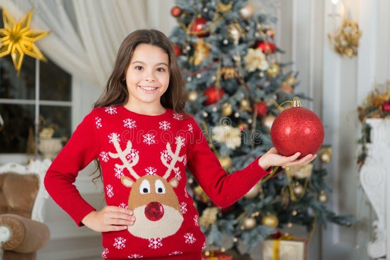 menina da criança pequena como o presente do xmas manhã antes do Xmas Feriado do ano novo Natal A criança aprecia o feriado Ano n imagens de stock