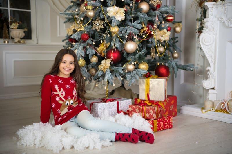 A menina da criança pequena gosta do presente do xmas Ano novo feliz menina feliz pequena no Natal Natal A criança aprecia o feri fotos de stock royalty free