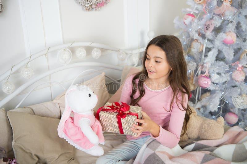 A menina da criança pequena gosta do presente do xmas A manhã antes do Xmas Feriado do ano novo Natal A criança aprecia o feriado foto de stock royalty free