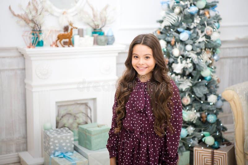A menina da criança pequena gosta do presente do xmas A manhã antes do Xmas Feriado do ano novo Natal A criança aprecia o feriado imagens de stock