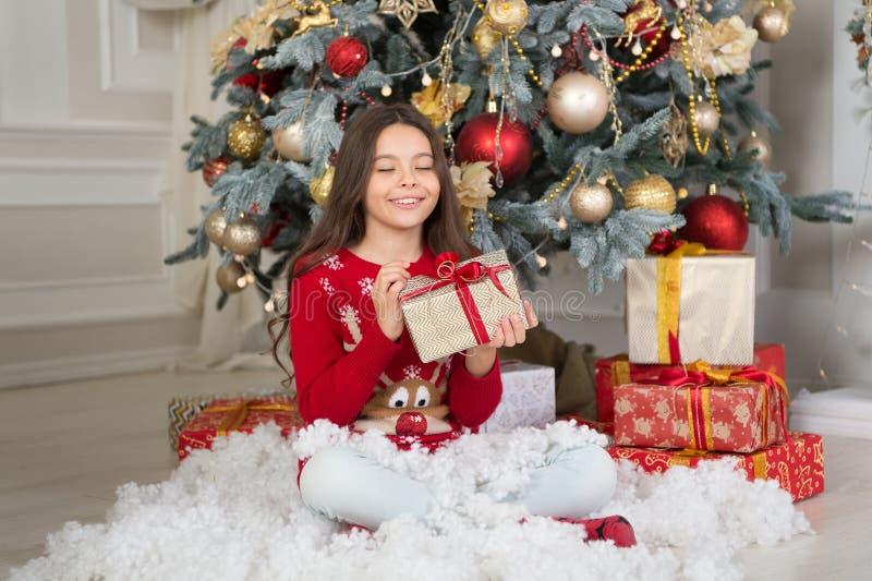 A menina da criança pequena gosta do presente do xmas Natal A criança aprecia o feriado Ano novo feliz menina feliz pequena no Na imagem de stock royalty free