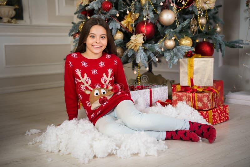 A menina da criança pequena gosta do presente do xmas Natal A criança aprecia o feriado Ano novo feliz menina feliz pequena no Na imagem de stock