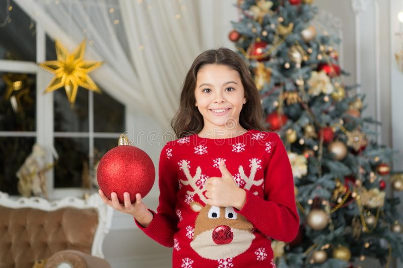A menina da criança pequena gosta do presente do xmas Natal A criança aprecia o feriado Ano novo feliz menina feliz pequena no Na foto de stock royalty free