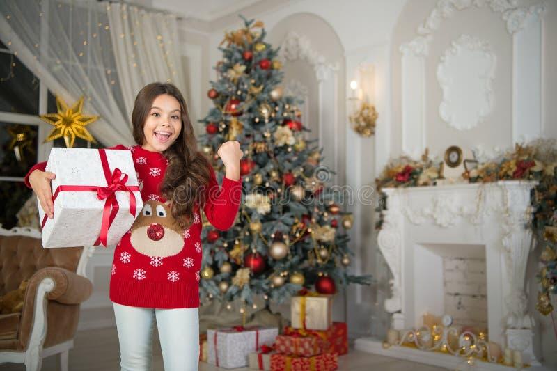 A menina da criança pequena gosta do presente do xmas Natal A criança aprecia o feriado Ano novo feliz menina feliz pequena no Na imagens de stock royalty free