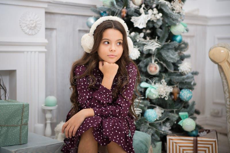 A menina da criança pequena gosta do presente do xmas Natal A criança aprecia o feriado Ano novo feliz menina pensativa pequena e fotografia de stock royalty free