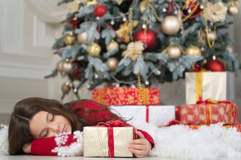 A menina da criança pequena gosta do presente do xmas Natal A criança aprecia o feriado Ano novo feliz menina sonolento pequena n fotos de stock royalty free