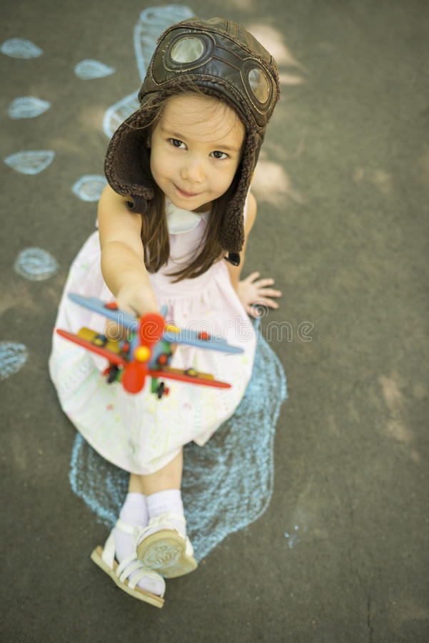 A menina da criança pequena joga o astronauta fotografia de stock