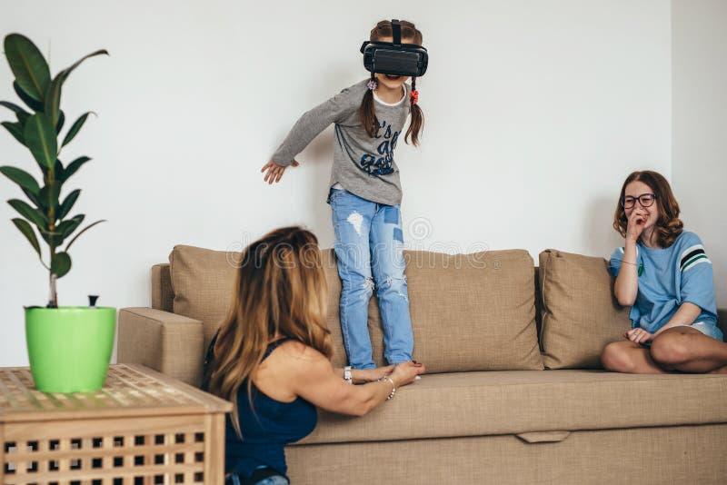 Menina da criança pequena que joga o jogo em vidros da realidade virtual imagens de stock royalty free