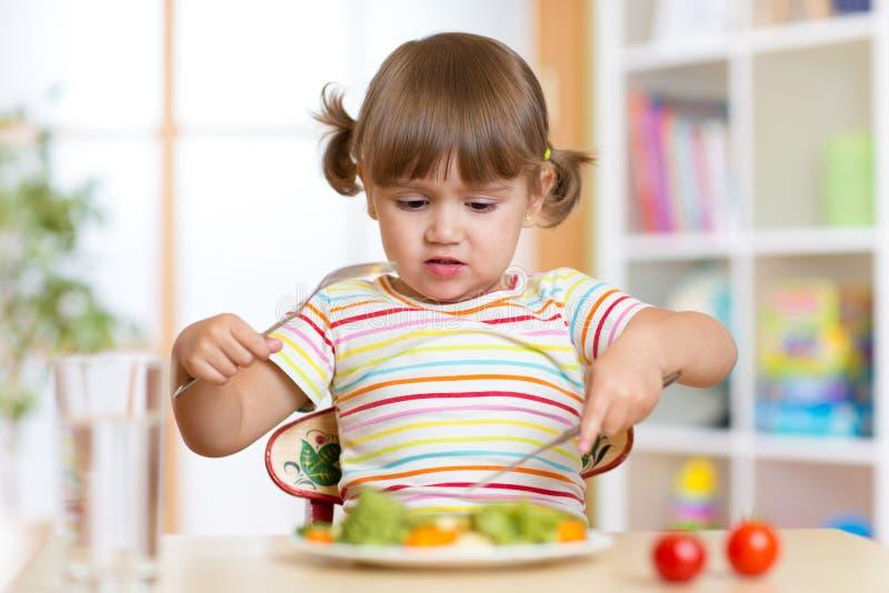 Menina da criança pequena que recusa comer seu jantar foto de stock