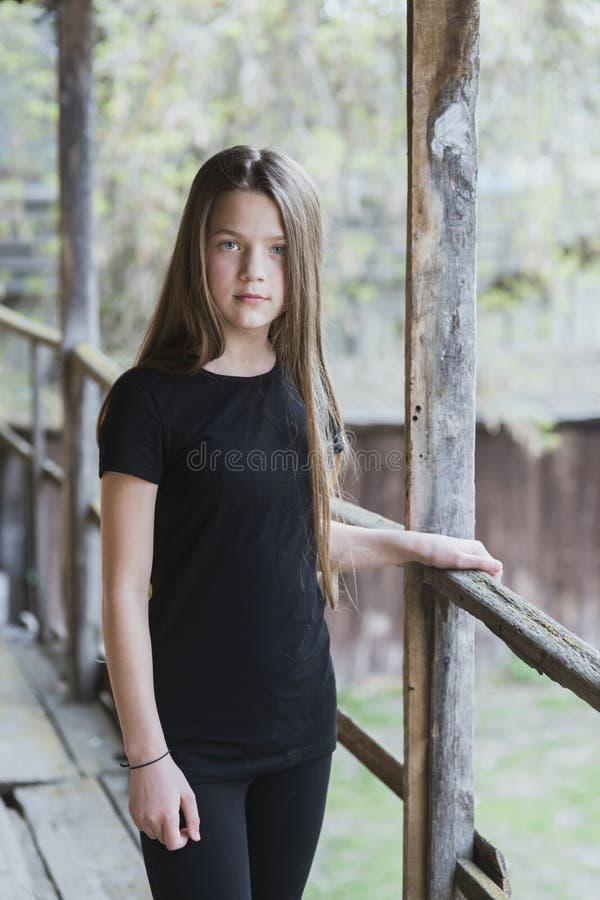 Menina da criança perto dos corrimão imagem de stock