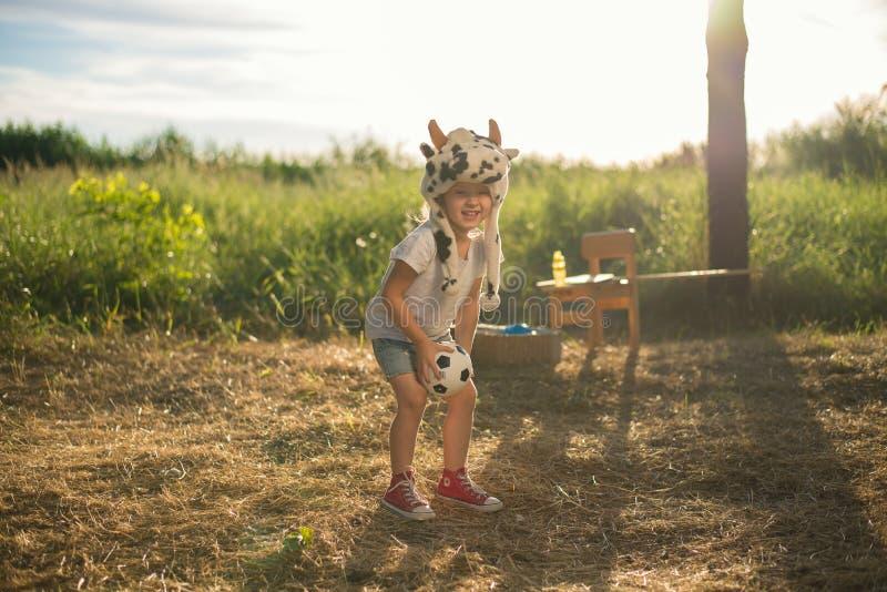 Menina da criança que joga com brinquedos fotografia de stock royalty free