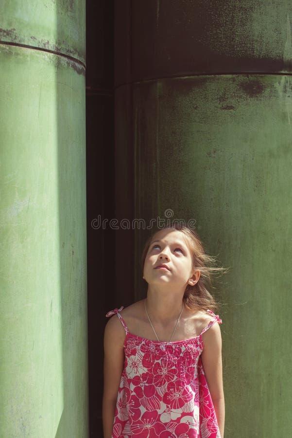 Menina da criança que olha acima fotografia de stock