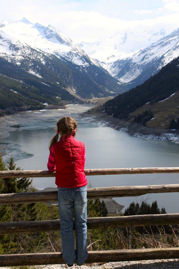Menina da criança que olha as montanhas foto de stock