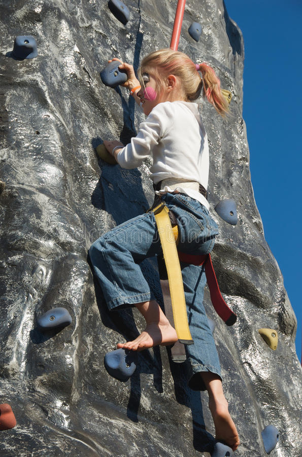 Menina da escalada de rocha com pintura da face   fotografia de stock royalty free