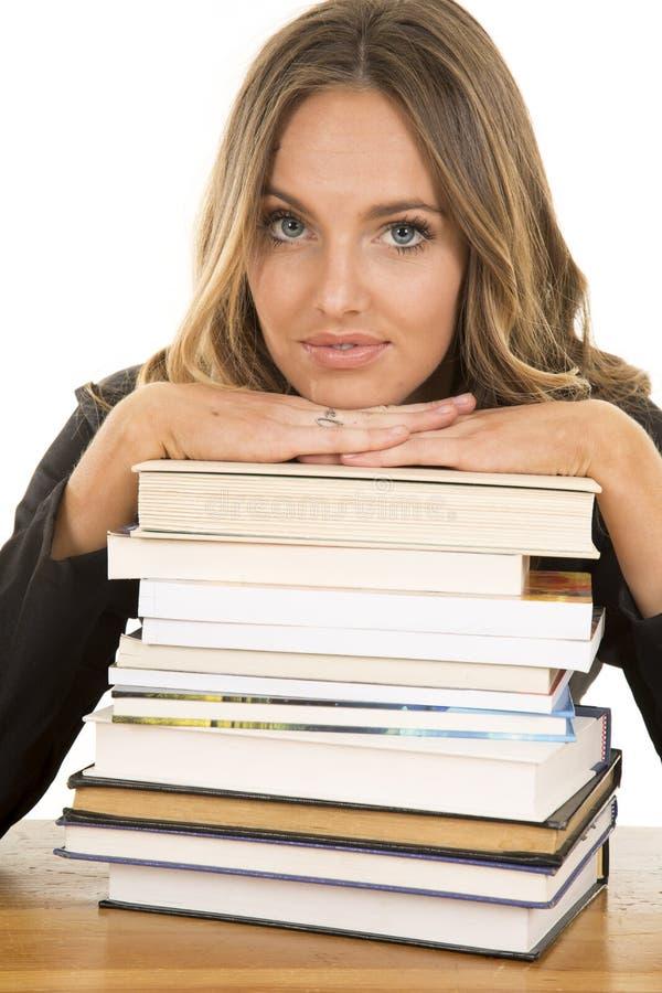 Menina da escola com a pilha de livros sérios foto de stock
