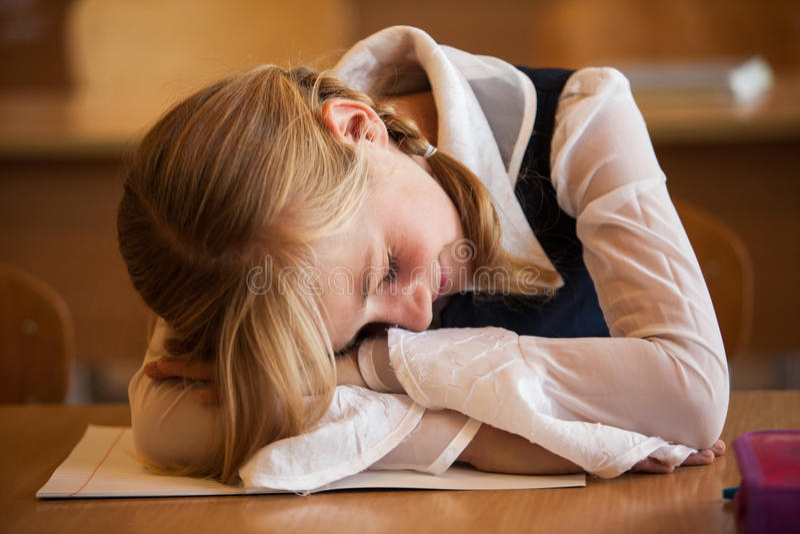 A menina da escola está dormindo foto de stock royalty free
