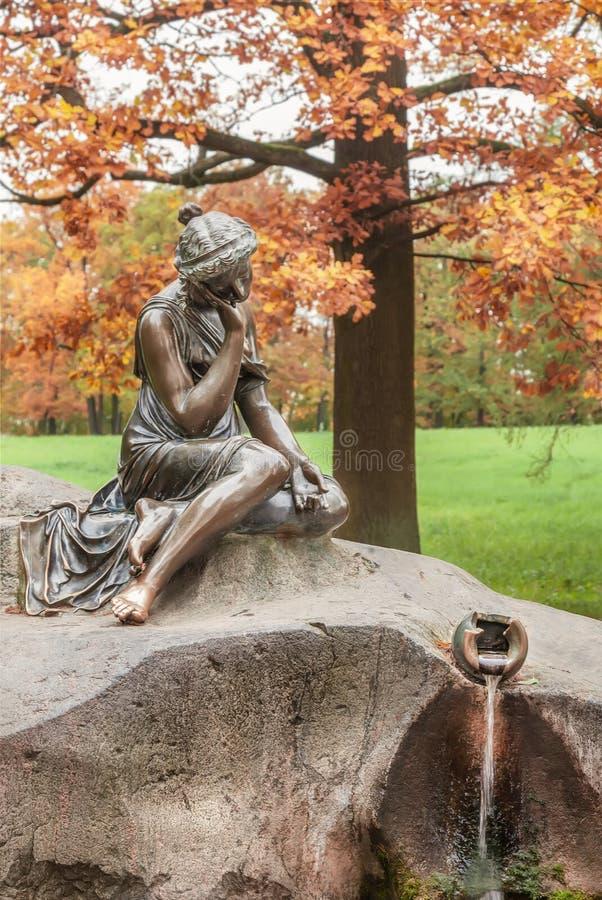 Menina da escultura com um jarro no parque de Catherine no outono Tsarskoye Selo perto de St Petersburg fotografia de stock royalty free