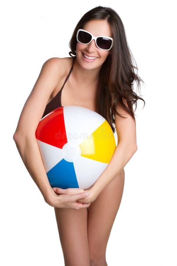 Menina da esfera de praia foto de stock royalty free