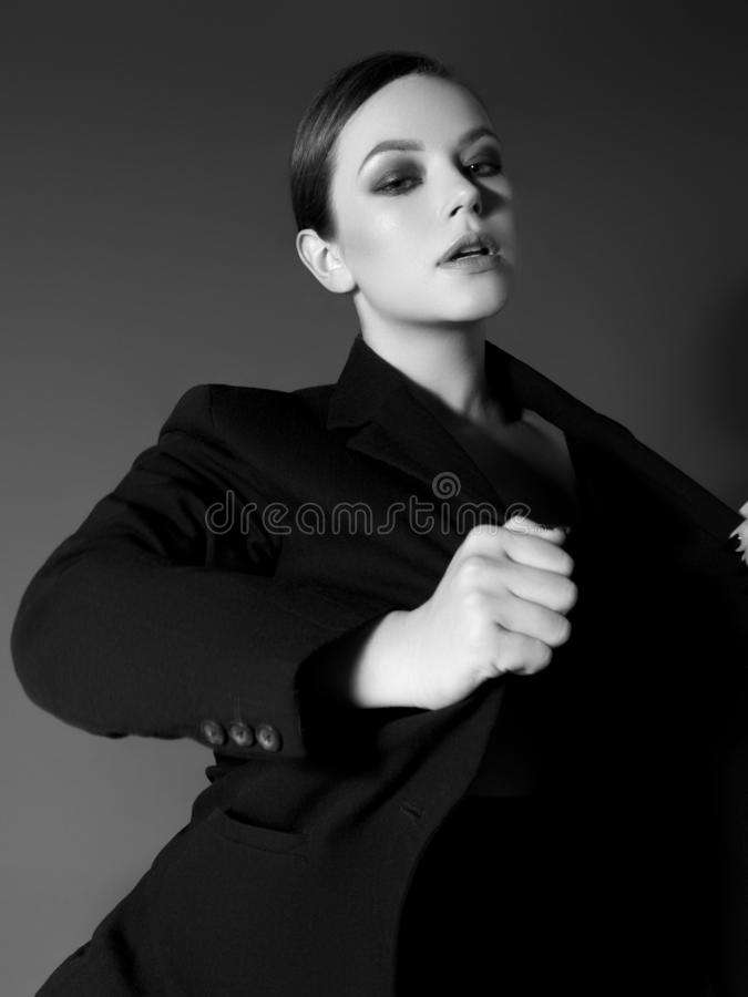Menina da forma da beleza com composição da noite Foto preto e branco da arte Senhora elegante com penteado curto à moda imagens de stock royalty free