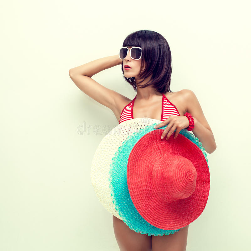 Menina da forma com chapéu à disposição imagem de stock royalty free