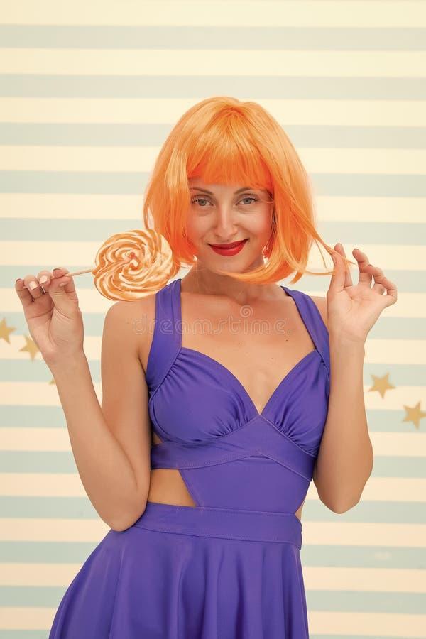 Menina da forma com o cabelo alaranjado que tem o divertimento Menina louca no humor brincalh?o modelo feliz do pinup com pirulit foto de stock royalty free