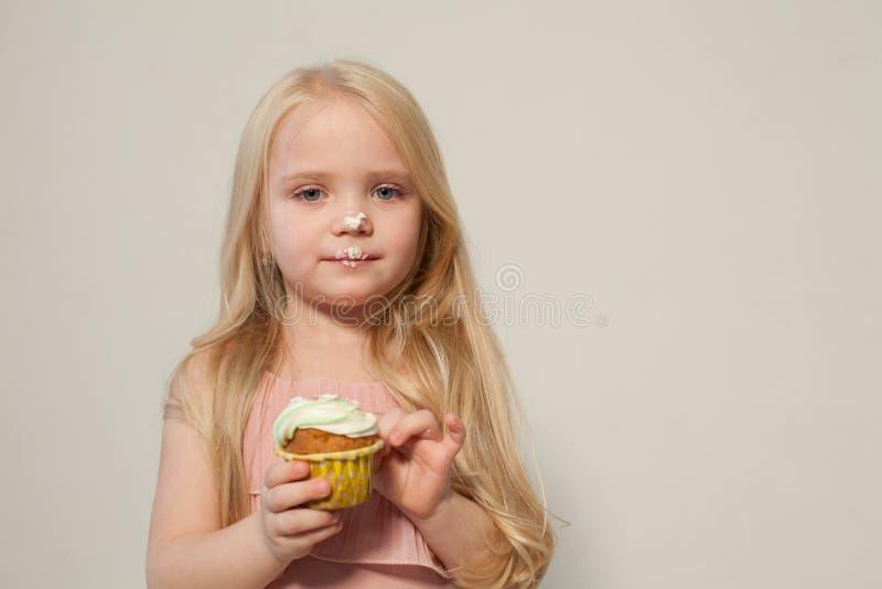 A menina da forma come um bolo do pirulito dos doces fotos de stock royalty free